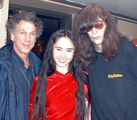 Life club, New York, USA 15.12.99 (Bob Gruen, Yoko Ayukawa, Joey Ramone)