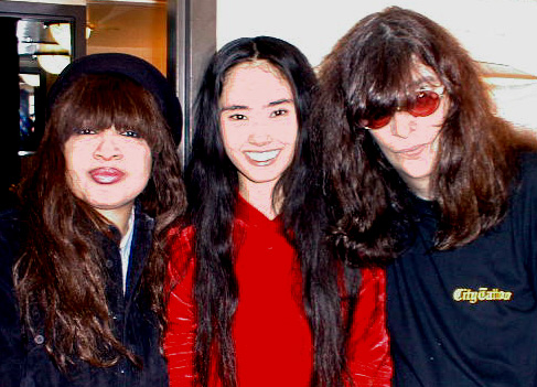 Life club, New York, USA 15.12.99 (Ronnie Spector, Yoko Ayukawa, Joey Ramone)