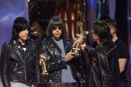 Metropolitan Opera House, New York, USA 06.09.01 (Marky Ramone, Johnny Ramone, Bono Vox)